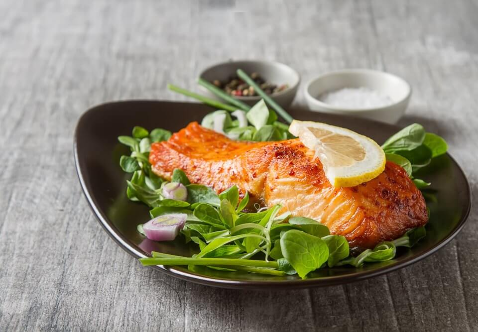 salmon over lettuce with lemon