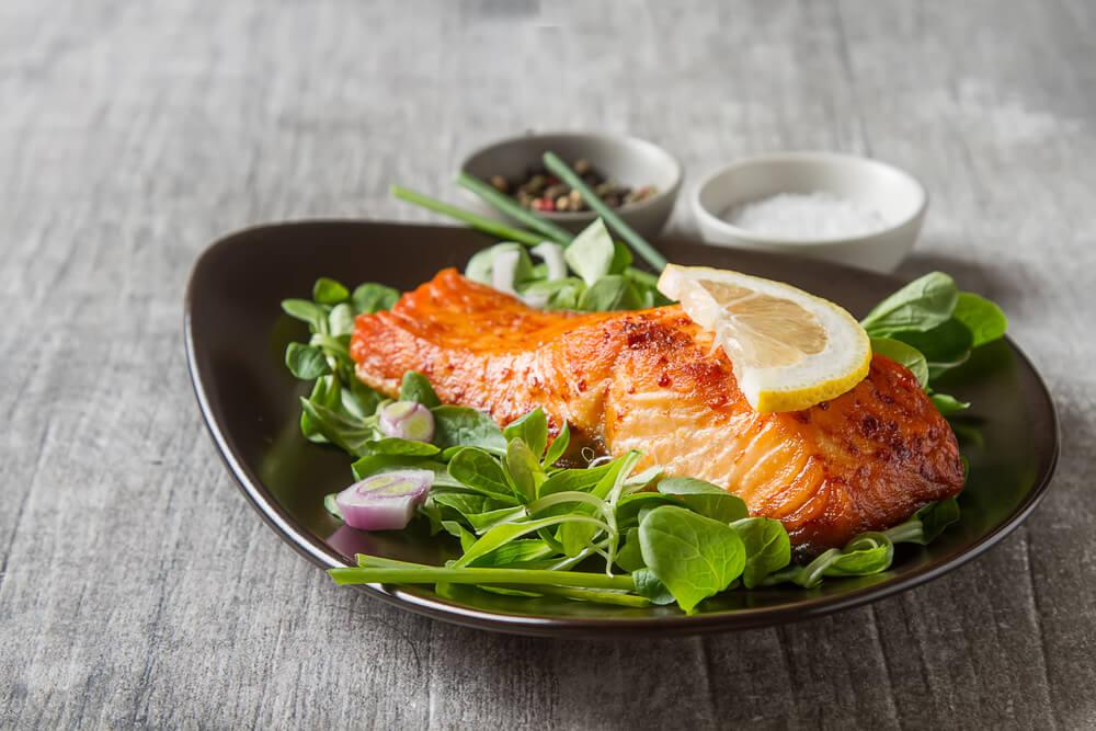 salmon over lettuce with lemon